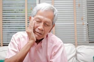 Senior-experiencing-sensitive-pain